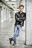 Junger Mann mit stehender Außenseite der Lederjacke Lizenzfreie Stockbilder