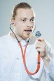 Junger Mann mit Stethoskop stockfotos