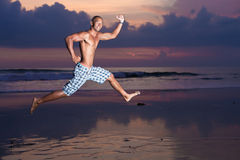 Junger Mann mit Surfbrett Stockfoto