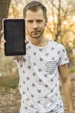 Junger Mann mit Tablette Lizenzfreie Stockbilder