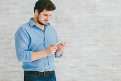 Junger Mann mit Tablette Lizenzfreie Stockfotos