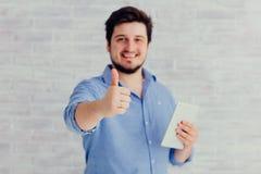 Junger Mann mit Tablette Lizenzfreies Stockbild