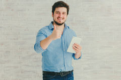 Junger Mann mit Tablette Stockfoto