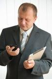 Junger Mann mit Tablette-PC Lizenzfreies Stockfoto