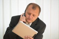Junger Mann mit Tablette-PC Stockfoto