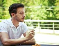 Junger Mann mit Tasse Kaffee lizenzfreie stockbilder