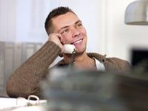 Junger Mann mit Telefon stockfoto