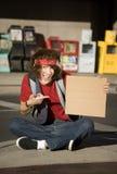 Junger Mann mit unbelegtem Pappzeichen Stockfotos
