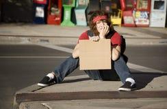 Junger Mann mit unbelegtem Pappzeichen Stockfotografie