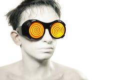 Junger Mann mit weißer Haut in den merkwürdigen Gläsern Stockfoto