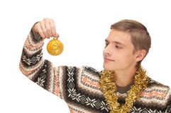 Junger Mann mit Weihnachtskugel Stockfotografie