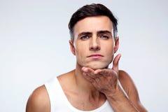 Junger Mann nachdem dem Rasieren stockfotografie