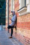 Junger Mann nahe bei einer Backsteinmauer Lizenzfreies Stockbild
