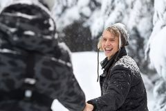 Junger Mann-Paare, die in Schnee Forest Outdoor Guys Holding Hands gehen Stockbilder