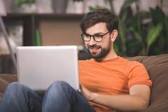 Junger Mann-Programmierer-Computer Technology Work-Konzept lizenzfreie stockfotografie