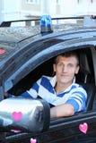 Mann am Rad des nassen offroader mit Aufkleberherzen Lizenzfreies Stockfoto