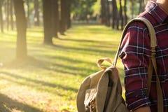 Junger Mann-Reisender mit der Rucksackentspannung im Freien auf Hintergrund Stockfotografie