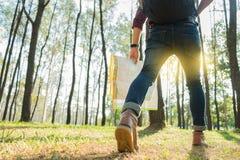 Junger Mann-Reisender mit der Rucksackentspannung im Freien mit Griff MA Stockfoto