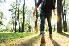 Junger Mann-Reisender mit Rucksack, halten die entspannende Karte übertreffen Lizenzfreies Stockbild