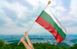Junger Mann ` s übergibt die Bulgarien-Staatsflagge im Himmel stolz wellenartig bewegen Lizenzfreies Stockbild