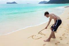 Junger Mann Sandwriting Lizenzfreie Stockbilder