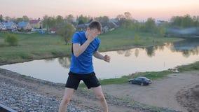 Junger Mann, Schattenboxen auf outdor, Sonnenuntergang stock video