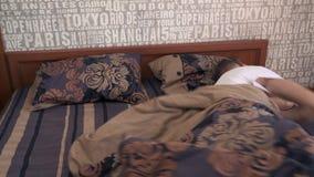 Junger Mann schläft im Bett stock footage