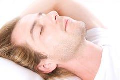 Junger Mann-Schlafen Stockfoto