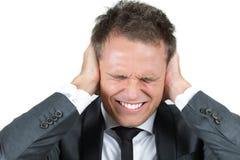 Junger Mann schützt sich vor Geräuschen Stockbild