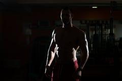 Junger Mann Siluet, der Muskeln biegt Stockfotos