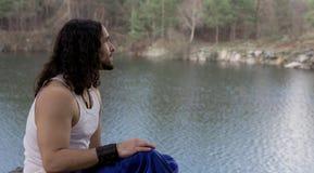 Junger Mann-sitzendes allein Reise-Lebensstilkonzept im Freien mit La lizenzfreies stockfoto