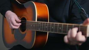 Junger Mann spielt die Gitarre, Hände nah oben stock footage
