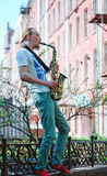 Junger Mann spielt Saxophon Lizenzfreie Stockbilder