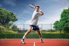 Junger Mann spielt Tennis stockfoto