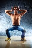 Junger Mann sports Übungen Stockbild