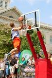 Junger Mann springt über Rim In Outdoor Slam Dunk-Wettbewerb Lizenzfreies Stockfoto
