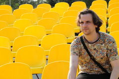 Junger Mann am Stadion Lizenzfreie Stockfotos