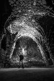 Junger Mann steht unter enormem Bogen in Guell-Park nachts Lizenzfreie Stockbilder