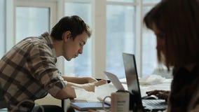Junger Mann stellen Zeichnung im hellen Raum mit Kollegen her stock video