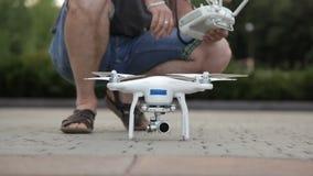 Junger Mann stellt ein quadcopter auf das Schießen ein stock video