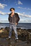 Junger Mann am Strand Stockfoto