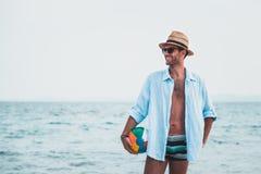 Junger Mann am Strand Lizenzfreie Stockbilder