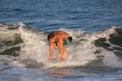 Junger Mann-Surfer-surfende Welle Lizenzfreie Stockfotografie