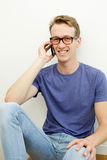 Junger Mann am Telefon Lizenzfreies Stockfoto