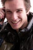 Junger Mann am Telefon im Winter Stockfoto