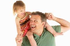 Junger Mann trägt Kind auf Schultern Lizenzfreie Stockfotos