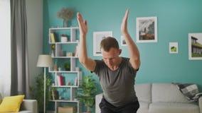 Junger Mann tun Yoga am Wohnzimmer morgens stock video footage