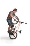 Junger Mann tut einen Trick auf BMX lizenzfreies stockbild
