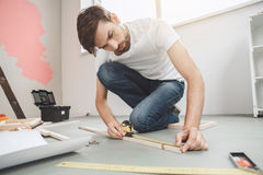 Junger Mann tut Wohnung repairment selbst zuhause Lizenzfreie Stockfotografie