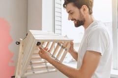Junger Mann tut Wohnung repairment selbst zuhause Stockbilder